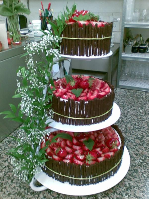 Jahodový dort s čokoládou ozdobou