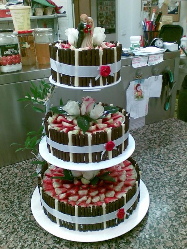 Jahodový dort se střídavou ozdobou a živými růžemi